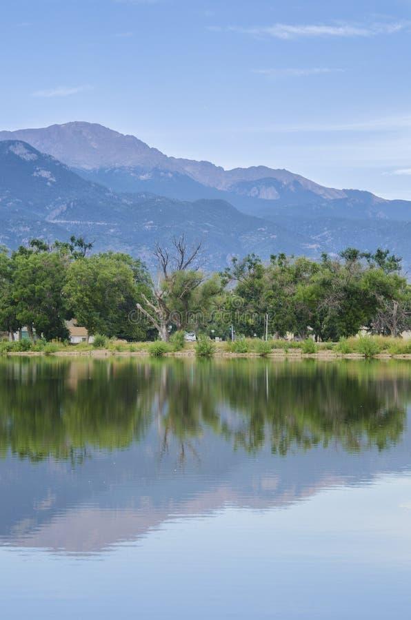 Un lac à Colorado Springs devant la crête de brochets photo libre de droits