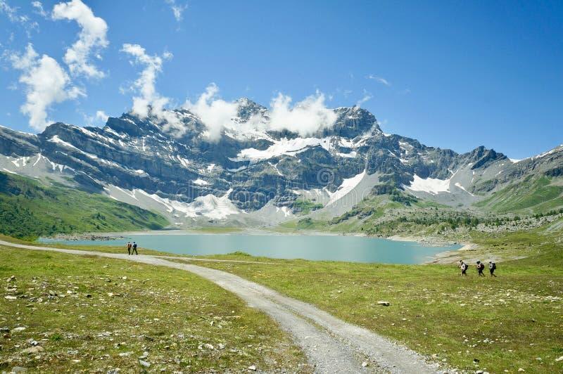 Un lac étonnant de montagnes images libres de droits