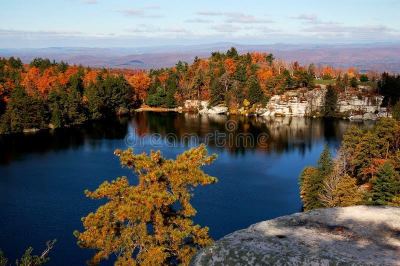 Un lac avec la vue d'automne photo stock