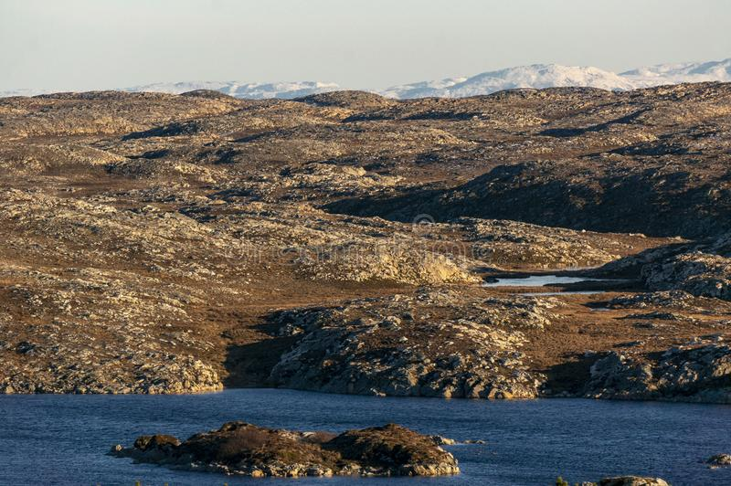 Un lac entre les roches sur la côte norvégienne photo stock