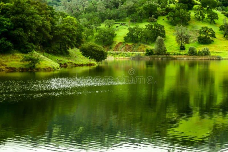 Un lac fait par un barrage dans les montagnes photo libre de droits