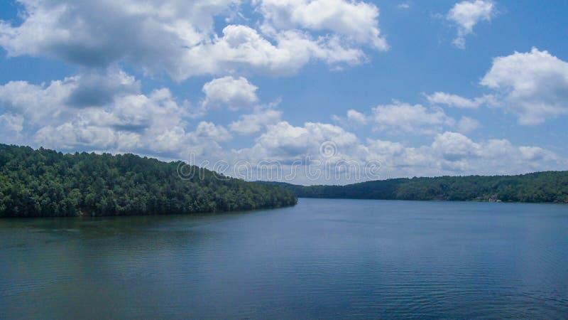 Un lac parmi des collines images libres de droits