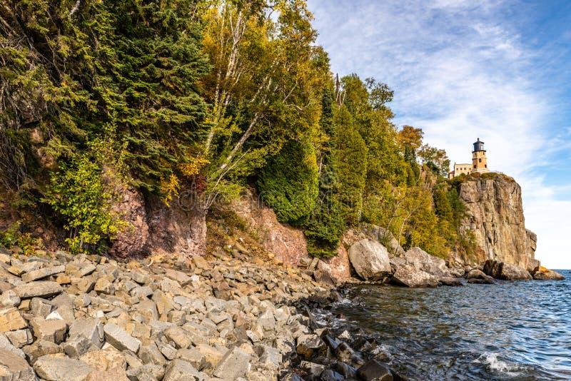 Un lac Supérieur rocailleux Shoreline mène pour dédoubler le phare de roche photographie stock libre de droits