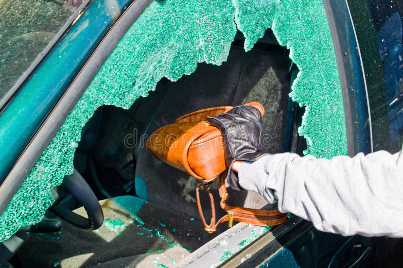 Un ladrón robó un monedero del coche fotos de archivo