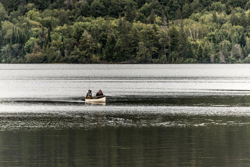 Un lago canada Ontario di due coppie dei fiumi su una canoa Canoes sul parco nazionale del Algonquin dell'acqua immagini stock libere da diritti