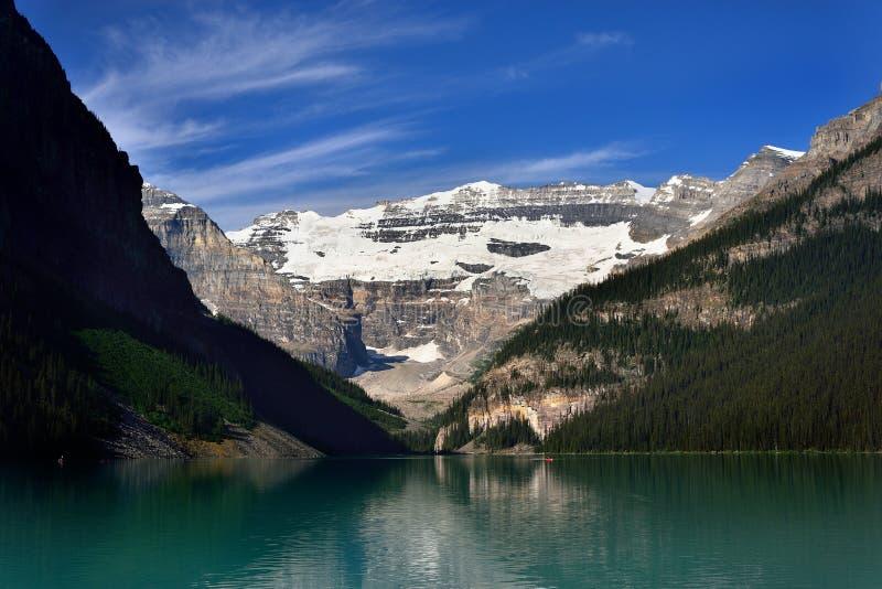 Un lago del glaciar en montañas de las montañas rocosas fotos de archivo