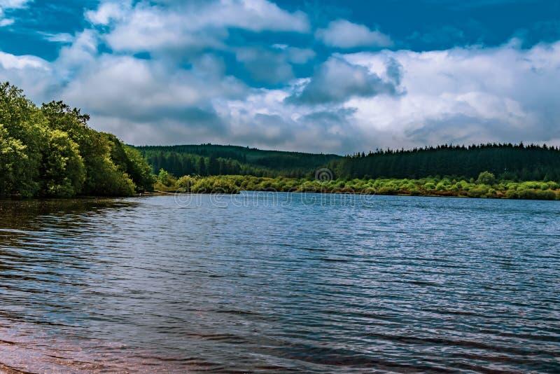 Un lago en el parque nacional de Dartmoor foto de archivo libre de regalías