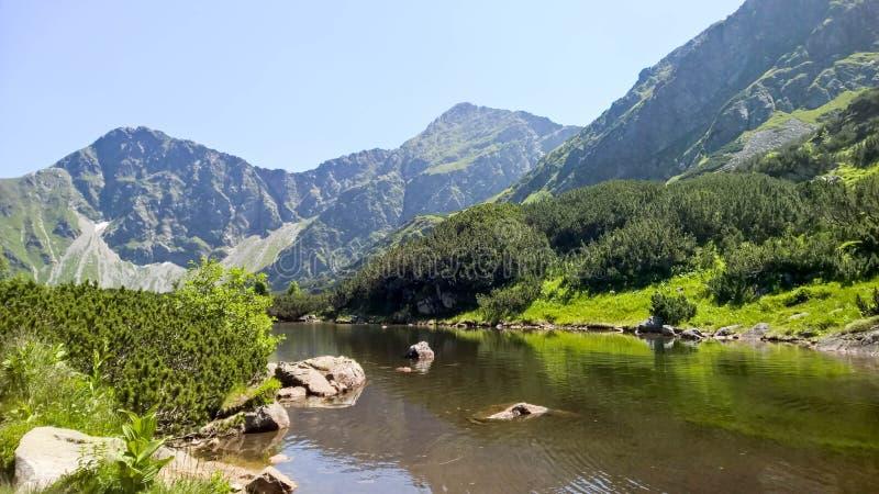 Un lago en la montaña del tra del ¡de TÃ imagen de archivo