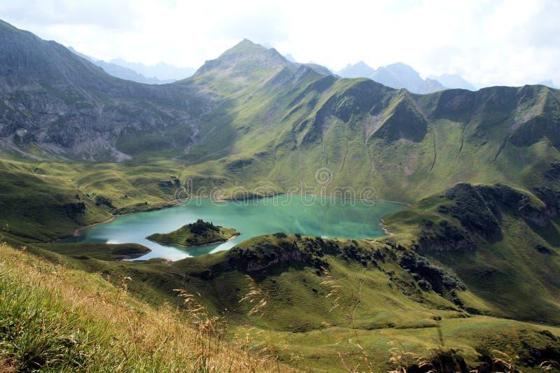 Un lago frío en las montañas fotografía de archivo