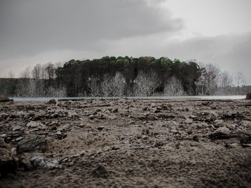 Un lago que se ha abandonado durante tanto tiempo imagenes de archivo