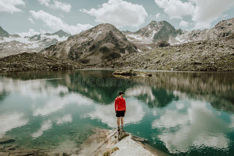 Un lago tranquilo de la montaña en Austria foto de archivo