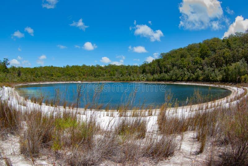 Un lago vacío, pacífico y hermoso en Fraser Island imagenes de archivo