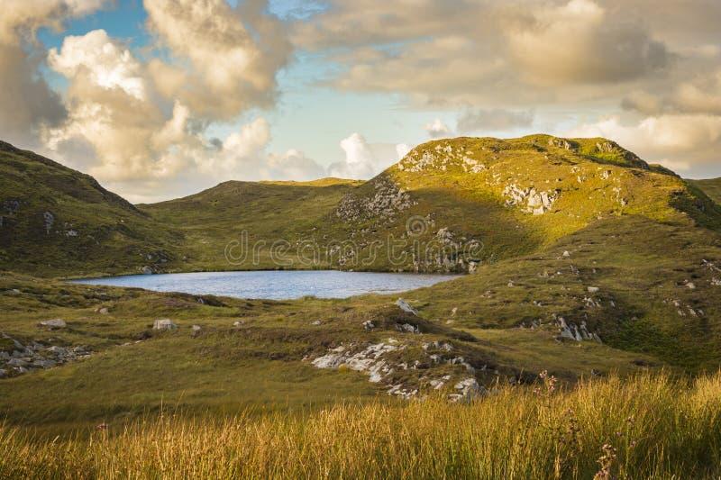 Un lago vicino alle scogliere a Slibh Liag, Co Il Donegal fotografia stock libera da diritti