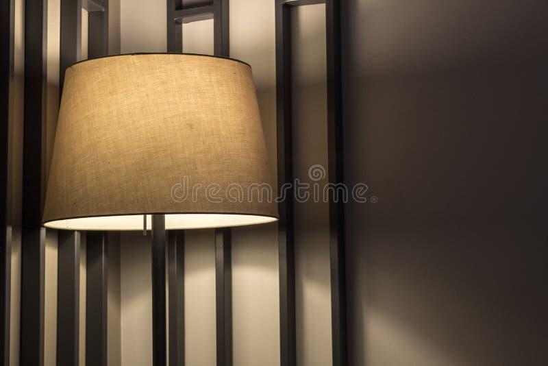 Un lampadaire avec la bonne foudre photos stock