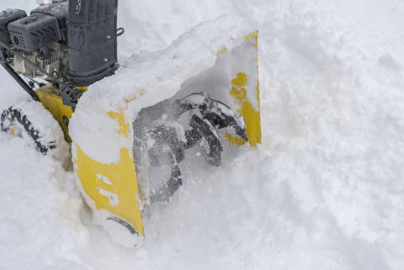 Un lanzador de nieve es el mejor ayudante para la retirada de la nieve en el invierno Lanzador de nieve al aire libre fotografía de archivo libre de regalías