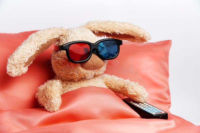 Un lapin de jouet en verres stéréo avec un à télécommande de la TV images libres de droits