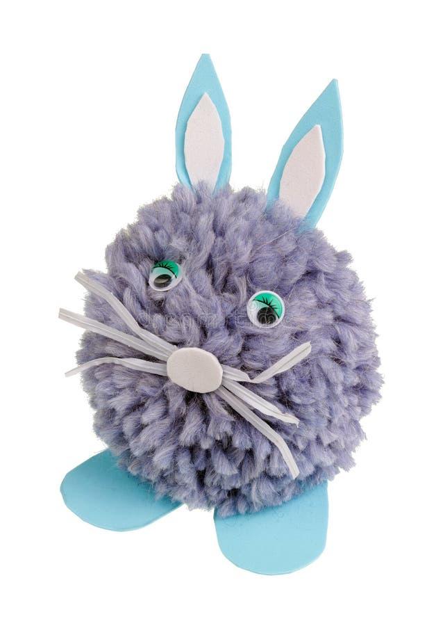 Un lapin de Pâques fait maison isolé très triste fait de fils de laine bleus photo stock