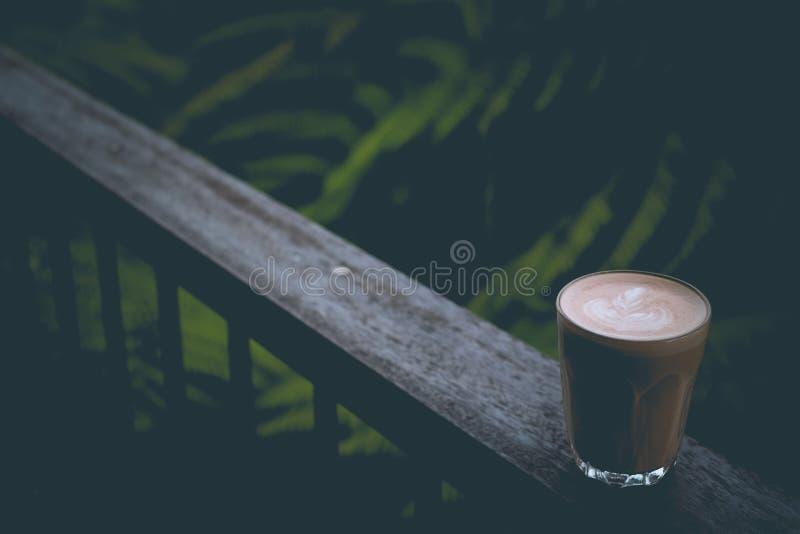 Un latte bien fait avec l'art sur la mousse photos stock