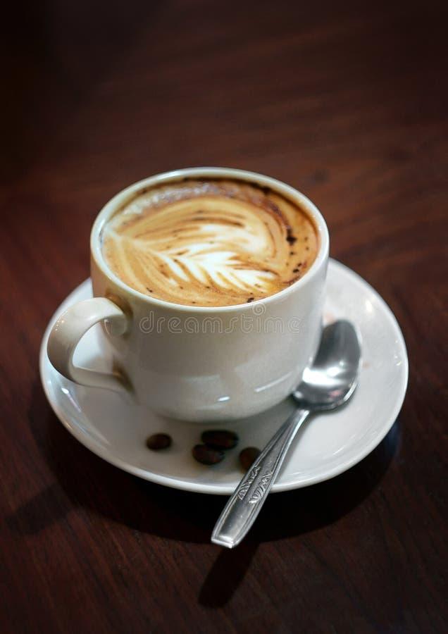 Un latte della tazza di caffè fotografie stock
