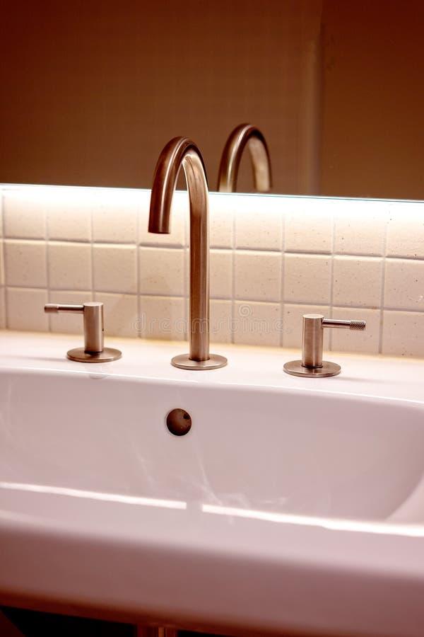 Un lavabo moderno del bagno immagini stock