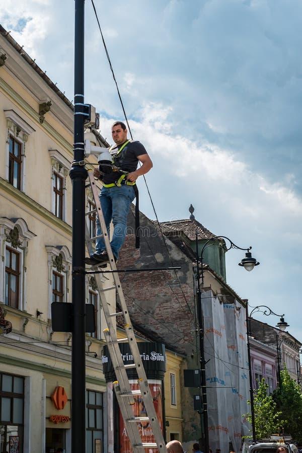 Un lavoratore installa una sorveglianza della macchina fotografica immagine stock libera da diritti