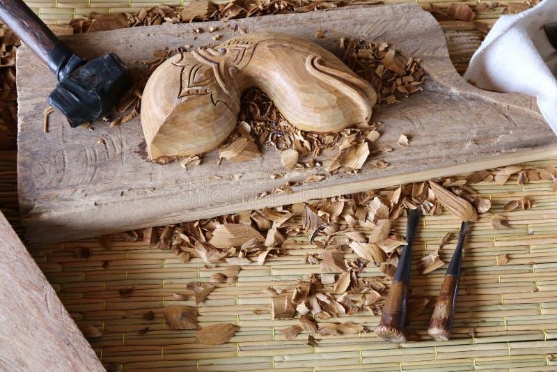 Un lavoro dello strumento del carpentiere dello scalpello da legno della sgorbiatura di legno fotografie stock libere da diritti