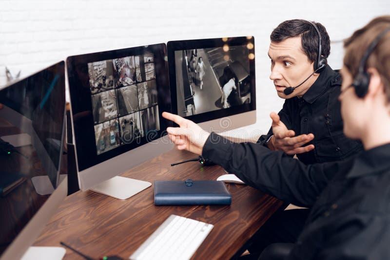 Un lavoro di due uomini come guardie fotografie stock libere da diritti