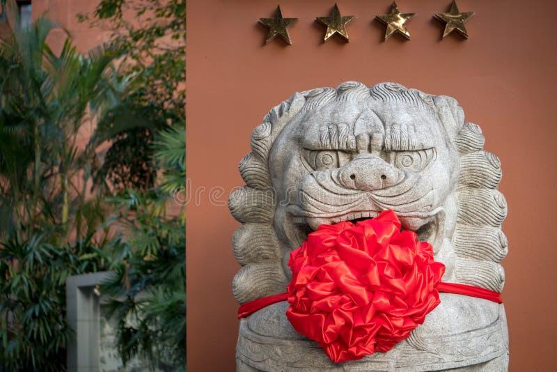 Un león chino del guarda se vistió para arriba por Año Nuevo chino fotos de archivo
