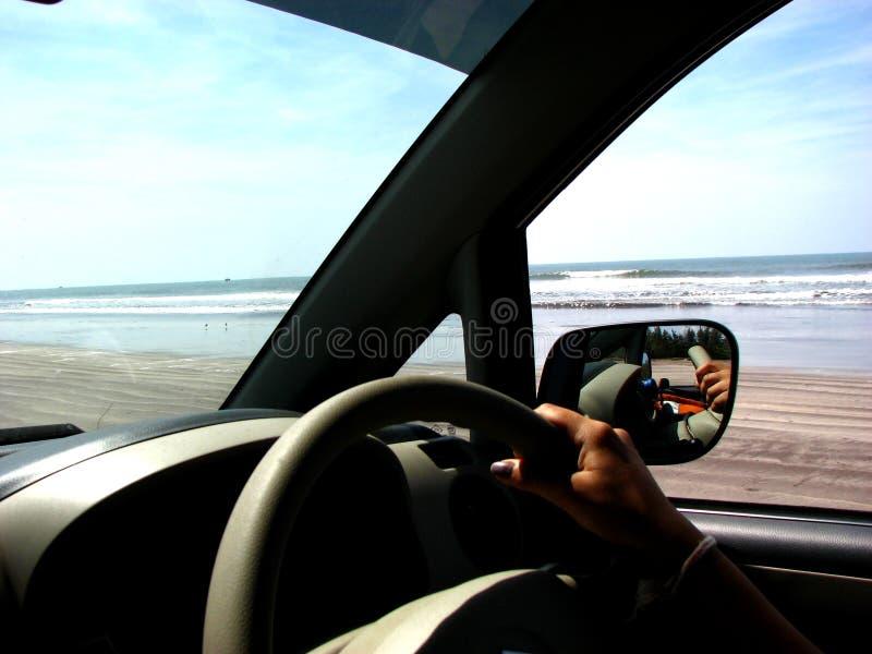 Un lecteur sur la plage image libre de droits