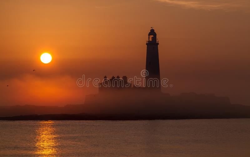 Un lever de soleil au phare de St Mary, Whitley Bay images stock