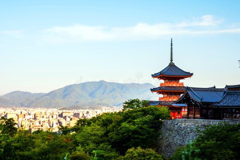 Un lever de soleil avec le temple rouge de Kiyomizu-dera sur une colline à Kyoto, Japon photographie stock libre de droits