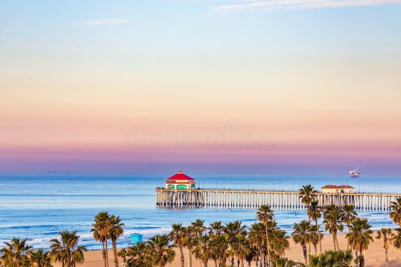 Un lever de soleil coloré au-dessus du pilier de Huntington Beach dans le Huntington Beach, la Californie, Etats-Unis image stock