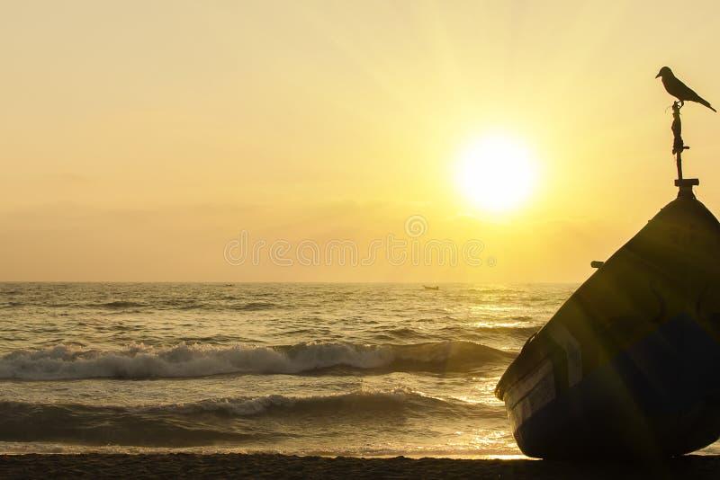 Un lever de soleil en mer photo stock