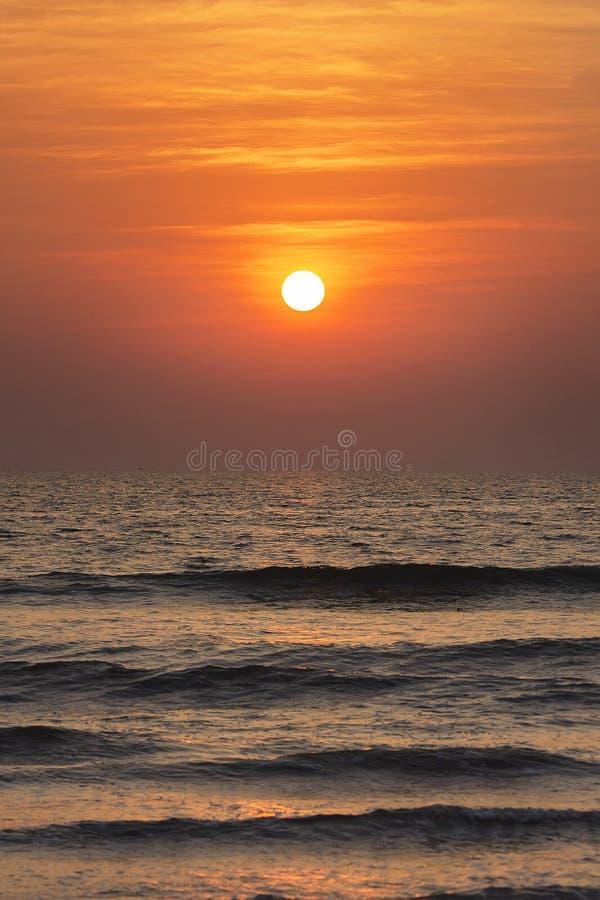 Un lever de soleil en mer photographie stock libre de droits