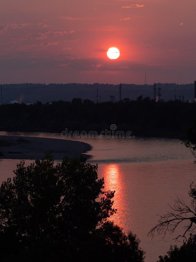 Un lever de soleil orange dramatique reflété en rivière Yellowstone photos stock