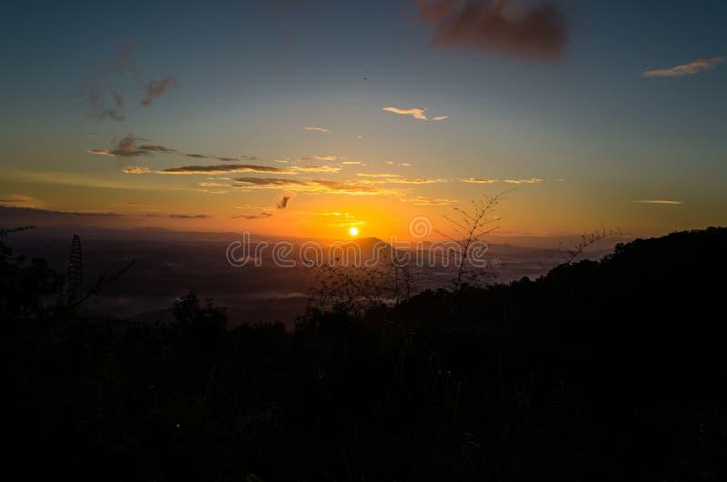 Un lever de soleil tôt à travers l'horizon photo libre de droits