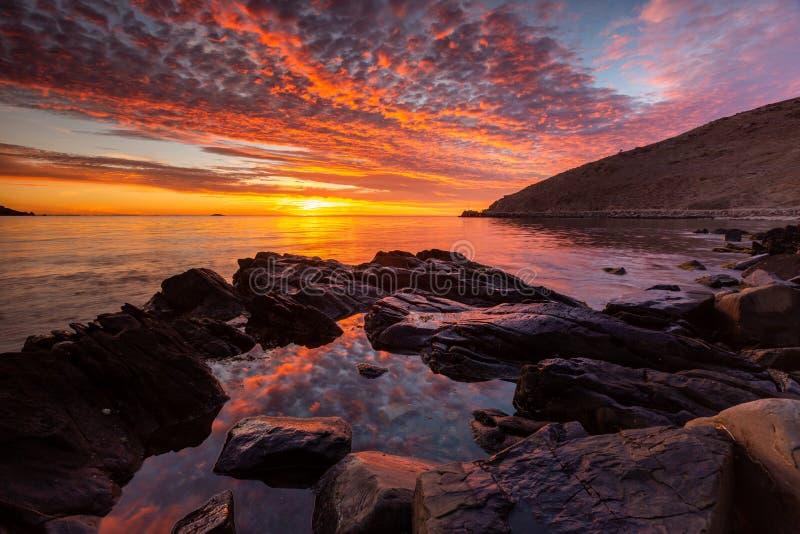 Un lever de soleil vibrant à la baie de rencontre sur l'Australie du sud de péninsule de Fleurieu le 3 avril 2019 image stock