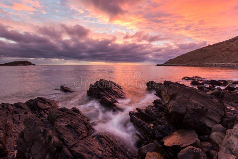 Un lever de soleil vibrant dans la baie Victor Harbour South Australia de rencontre le 15 mars 2018 photographie stock