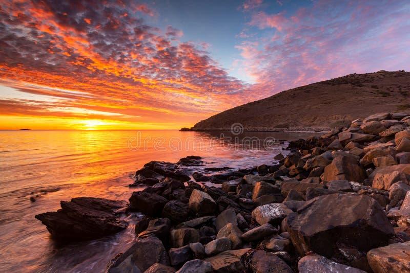 Un lever de soleil vibrant ? la baie de rencontre sur l'Australie du sud de p?ninsule de Fleurieu le 3 avril 2019 image libre de droits