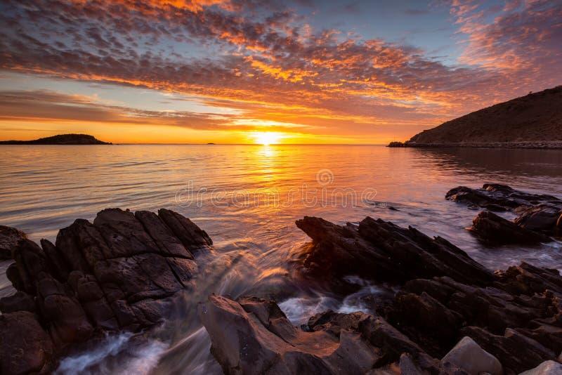 Un lever de soleil vibrant ? la baie de rencontre sur l'Australie du sud de p?ninsule de Fleurieu le 3 avril 2019 photo stock