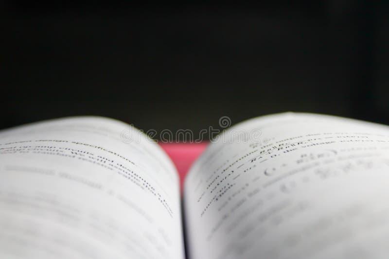 Un libro aperto fotografia stock libera da diritti