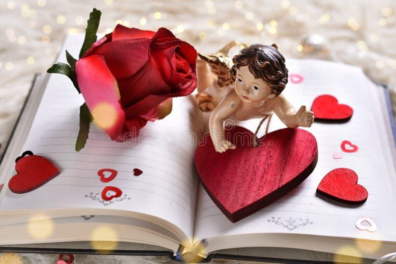 Un libro di amore per i biglietti di S. Valentino fotografia stock libera da diritti