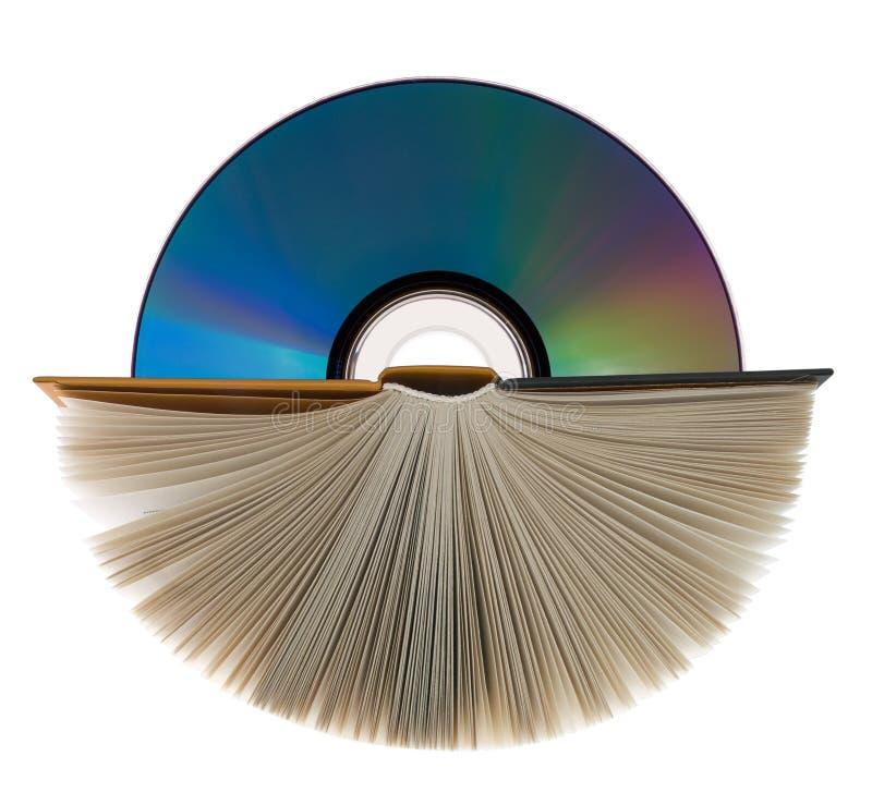 Un libro e un disco compatto su bianco. fotografia stock libera da diritti