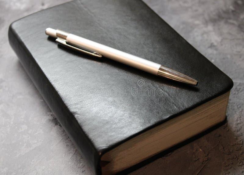 Un libro e una penna immagine stock libera da diritti