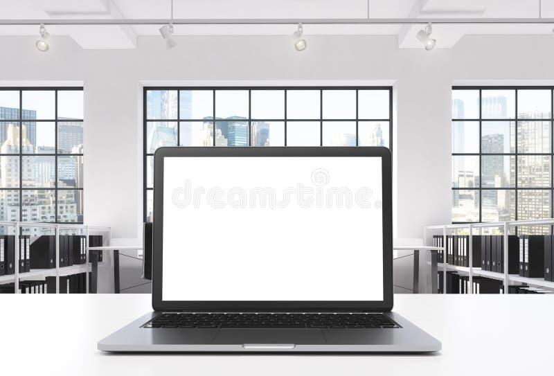 Un lieu de travail dans un bureau moderne lumineux de l'espace ouvert de grenier Un bureau fonctionnant est équipé d'un ordinateu illustration libre de droits