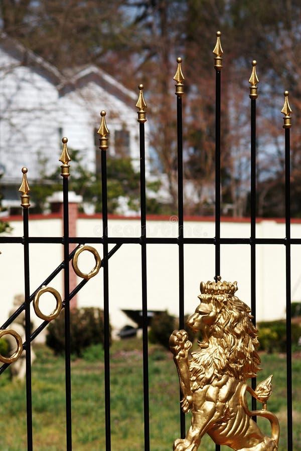 Un lion d'or sur une porte de fer de moulage image libre de droits