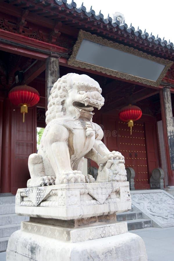Un lion en pierre dans la porcelaine photo libre de droits