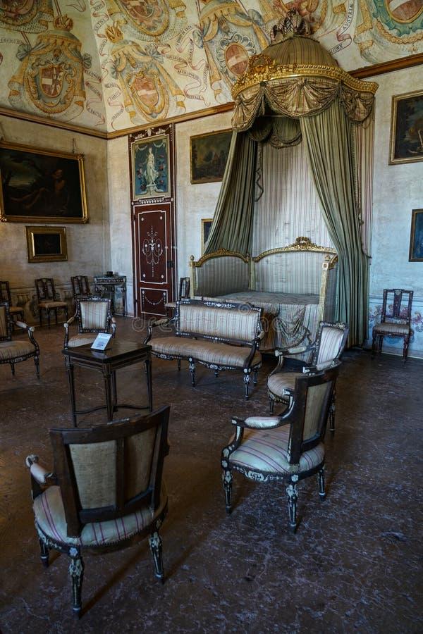 Un lit à colonnes classique du château de Masino photos libres de droits