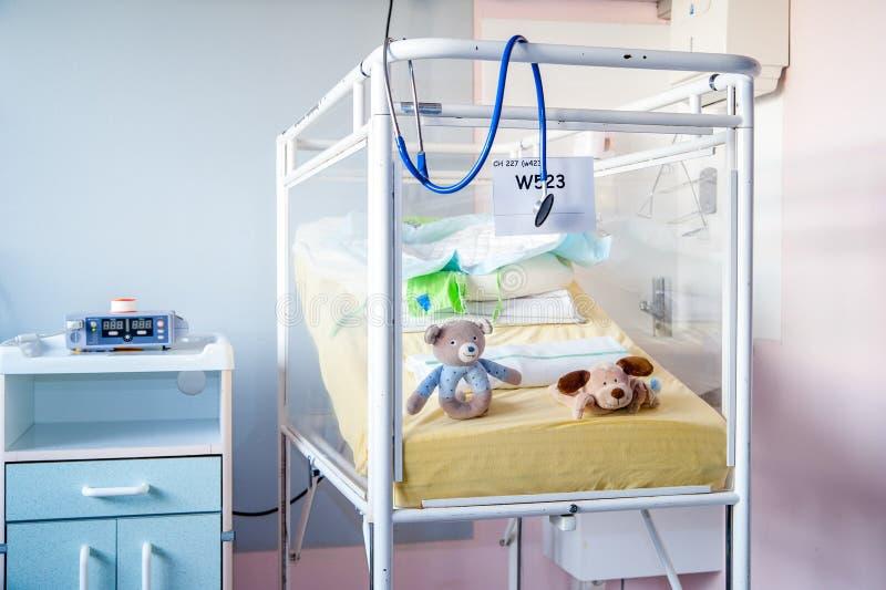 Un lit d'hôpital du ` des enfants malades antiques blancs photographie stock libre de droits