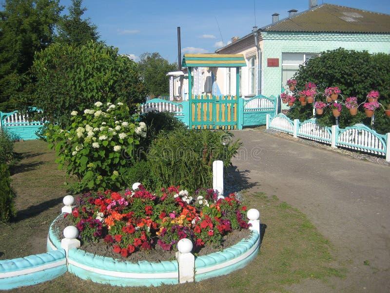 Un lit de fleur dans le jardin image libre de droits